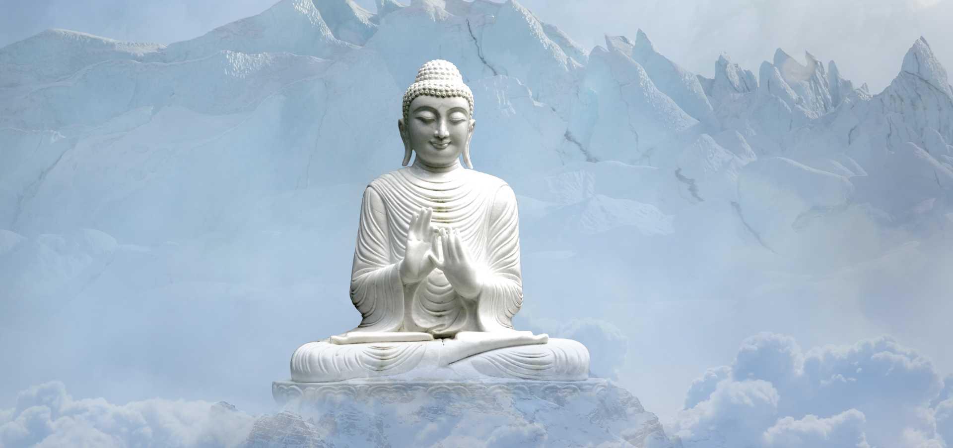 Weiße Buddha-Statue im Gebirge
