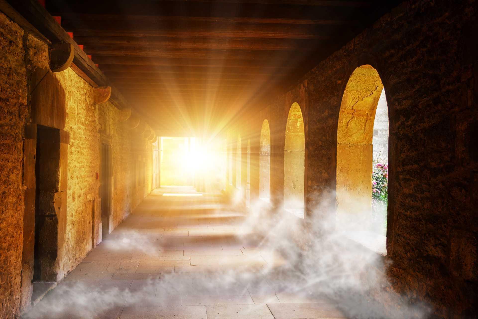 Ein Klostergang mit einer Art Erleuchtung am Ende